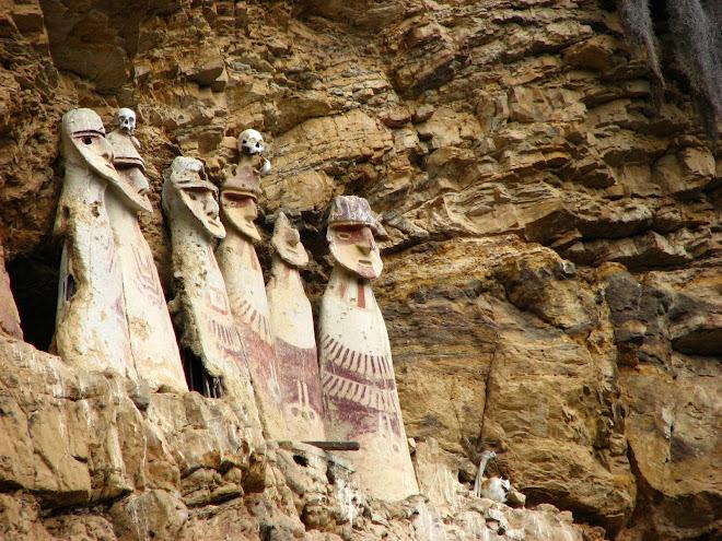 gente pré-inca enfiada em sarcófagos de madeira
