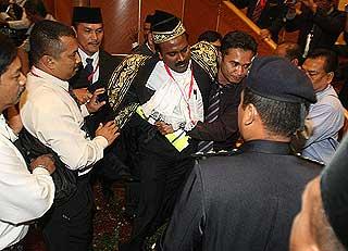 Hasil carian imej untuk Gambar speaker Perak diusung keluar