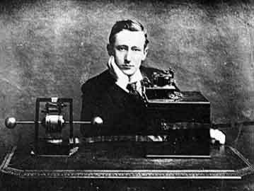 Marconi accanto ad una delle prime radio.