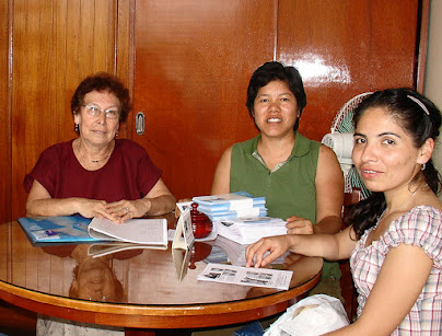 Sra. Betty Leveau, Susana Wong, Mivael Olivera, Entrega de folletos