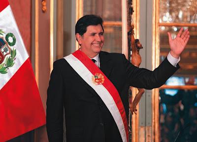 Alan García Pérez con la banda presidencial de Perú