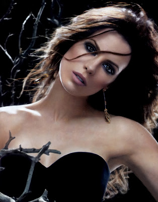 Kate Beckinsale looks hot and gothic