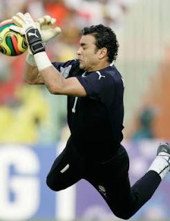 El-Hadary – O goleirão foi tão decisivo quanto os meias e atacantes do  time. Melhor goleiro do torneio fcf22fc4f5dd8