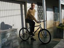 """O amigo Gomes de """"bike"""" primeiras pedaladas"""