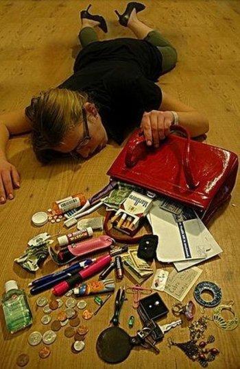 O que há dentro da bolsa de uma mulher?