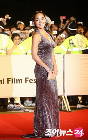 artis korea eugene kim memakai gaun