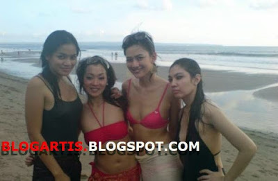 Foto Merry Putrian, Titi Kamal and friends in red Bra (BH merah)