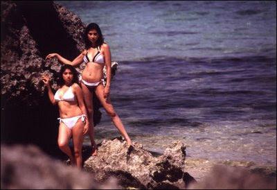 Suimsuit Babe: Sarah Azhari & Ayu Azhari