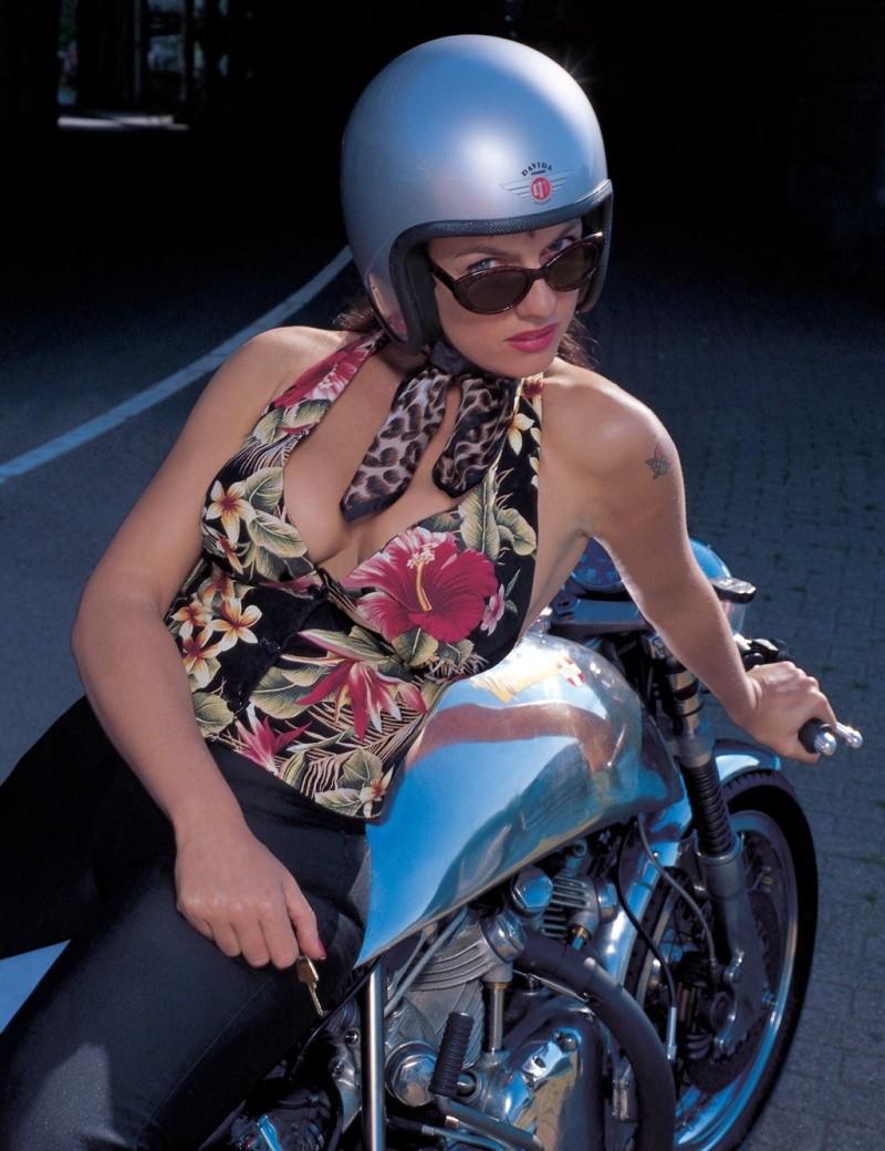 http://1.bp.blogspot.com/_hKkYZ9GWzKA/SnbjOpuau6I/AAAAAAAACao/YlAyuUirCBE/s1600/cafe-racer-babe-11.jpg