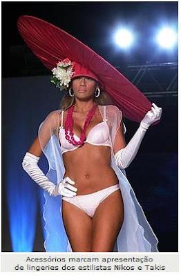 A rosa do colar e do chapéu deu a cor ao modelito branco com bojo,  complementado com uma capa transparente. A versão em corpete e  tomara-que-caia e trás um ... a4b996ad59