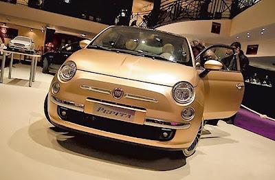 Fiat 500 cubierto con oro