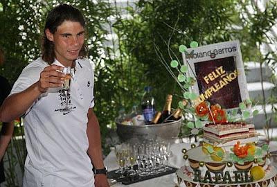 Rafael Nadal festeja su cumpleaños en Roland Garros