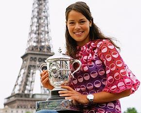 Ana Ivanovic con la copa en la mano