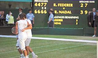 Nadal y Federer se abrazan tras la maratonica final en Wimbledon