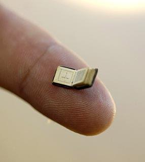 Resultado de imagem para o livro mais pequeno do mundo