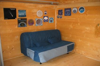 Sofá y colección de planisferios estelares