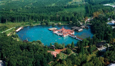 Lago termal de heviz en hungr a balnearios y spas - Banarse con delfines portugal ...