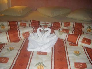 Sí!!! cisnes de toalla adentro de un corazon... que tiernos(pfff!!)