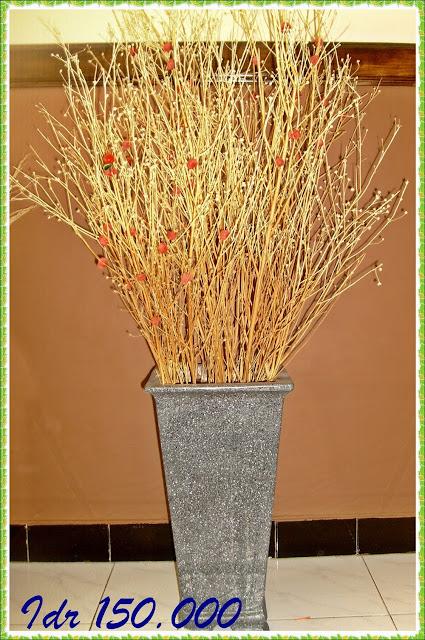 Rangkaian Bunga Kering Yang Terdiri Dari Rantingan Ini Co Di Tempatkan Sudut Ruangan Terutama Ruang Tamu Satu