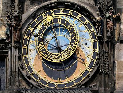 O Relógio Astronómico na Praça da Cidade Velha, de Praga, feito pelo relojoeiro Mikulas de Kadan e Jan Sindel