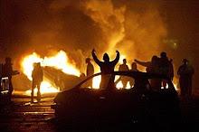 Arden los suburbios de Paris