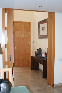 al abrir la puerta se llega a ver de un vistazo los tres niveles de la casa desde el gran comedor de la planta baja hasta el estudio de la buhardilla