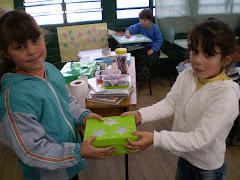 Ariane entrega a caixa mágica para Brenda
