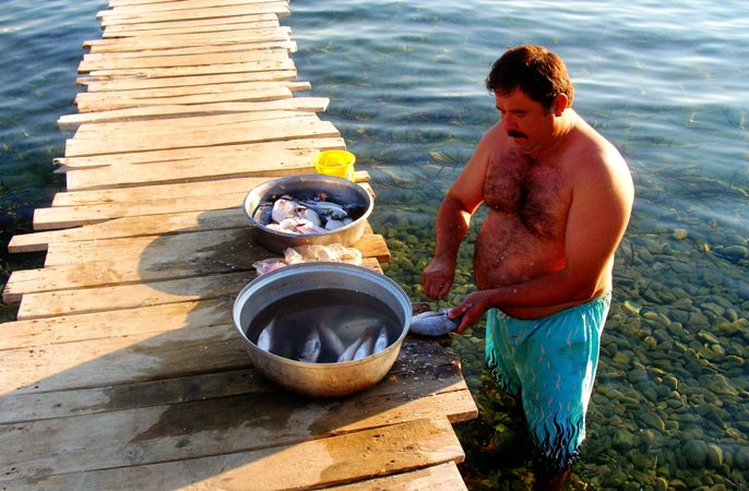 Akşam balıkları işletmeci Nusret Özmazı tarafından bizzat temizleniyor...
