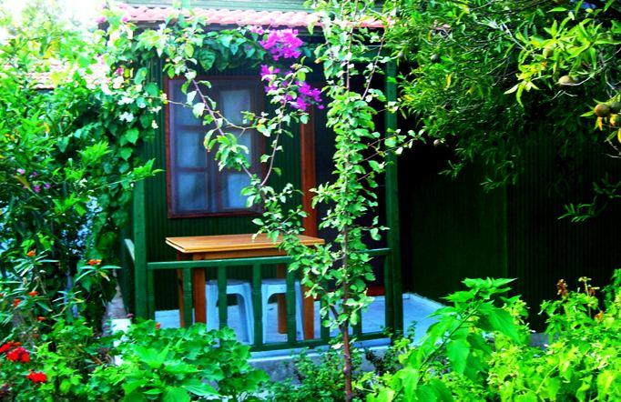 İnceyalı Pansiyon'un bungalov odaları ve balkonunuz.