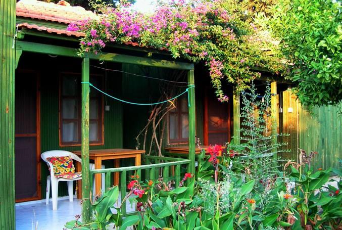 İnceyalı Pansiyonu'nun bungalov odaları ve balkonunuz.