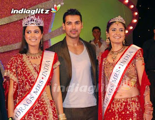 Madhavi Awasthi Crowned Gladrags Mrs India 2008