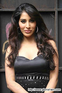 Sophie Choudry is back with her new album