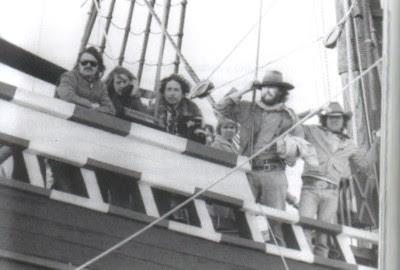 BOB NEUWIRTH, ROGER McGUINN, BOB DYLAN, RAMBLIN' JACK ELLIOT y alguno amigos a bordo del MAYFLOWER