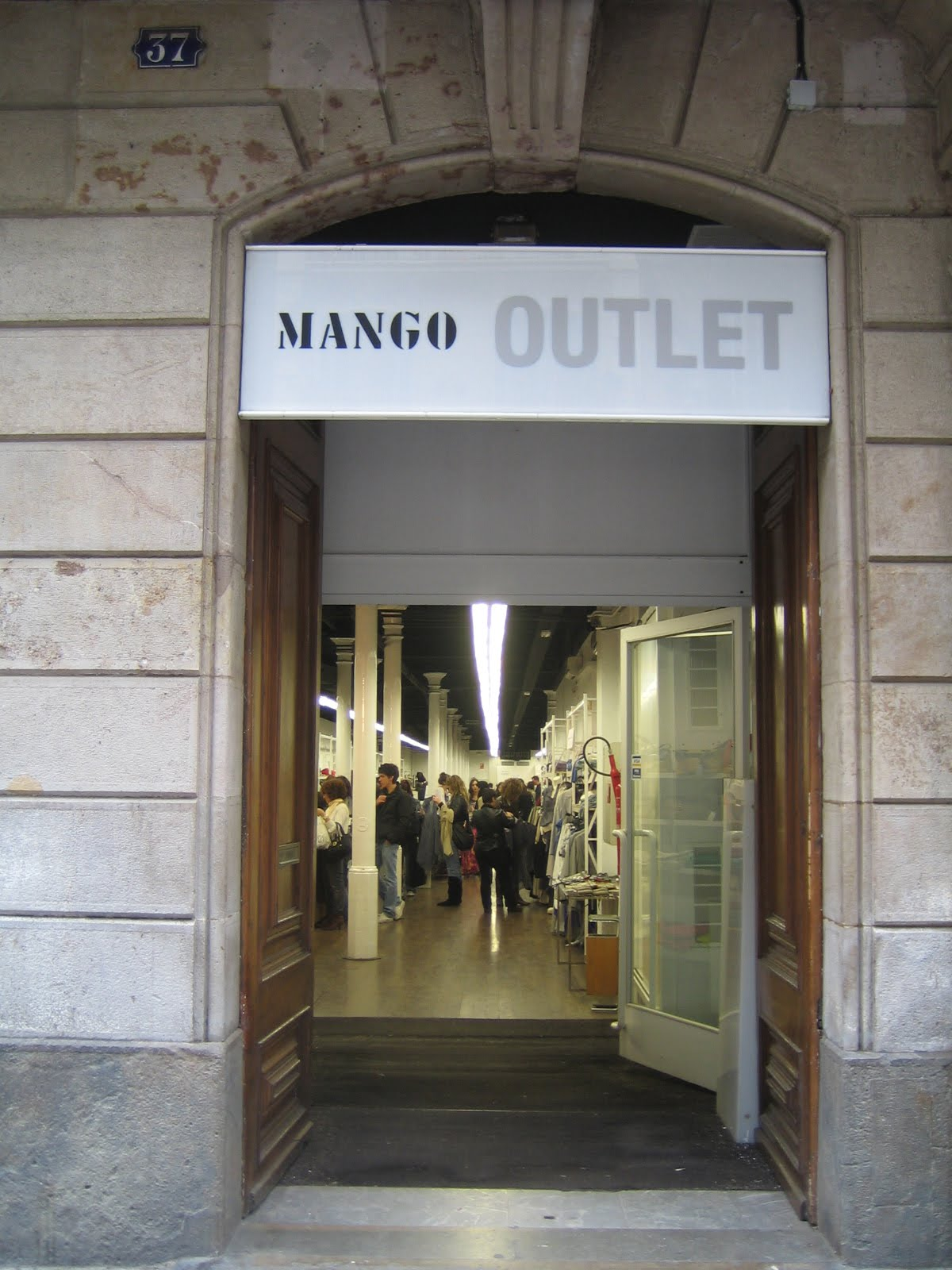 Smart Shopping In Barcelona Mango Outlet The Look For Less