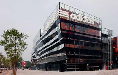 8a9b6431abe8e Foi na semana passada que a multinacional Adidas abriu a sua maior loja do  mundo  a Adidas Brand Center.