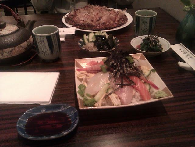 Sashimien og okonomiyakien.