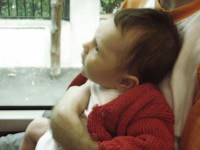 fascinée par ce qu'elle voit à travers la fenêtre