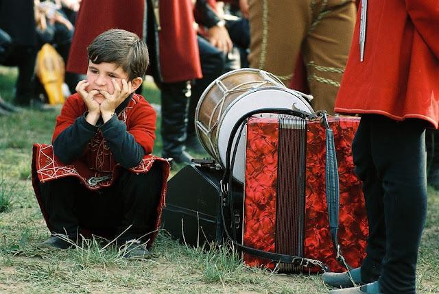 Niño músico en Georgia