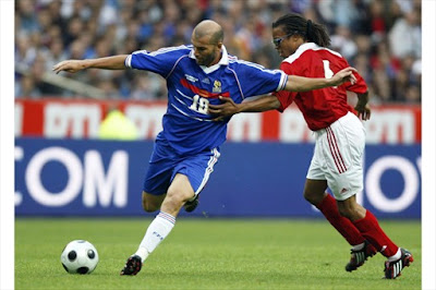 France's Zinedine Zidane (L) challenges Netherland's Edgar Davids during an exhibition soccer match pitting France's 1998 World Cup Champions and a selection of players from the rest of the world, to celebrate the 10th anniversary of France's World Champion title at the Stade de France in Saint-Denis July 12, 2008.
