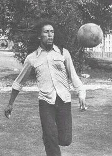 Bob Marley Jugando al Fútbol