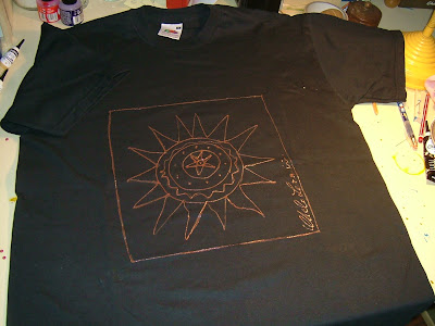 Camiseta negra decorada por Chelo Lera