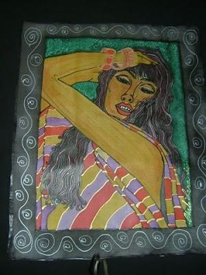 Mujer sensual con pulseras rojas de Chelo Lera
