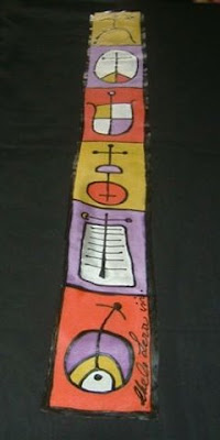 'Figura antropomórfica y cruces celtas', pintura en seda de Chelo Lera