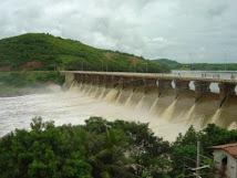Sangria na barragem de Quixeramobim no sertão central cearense.