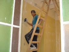 Realizando limpieza de paredes