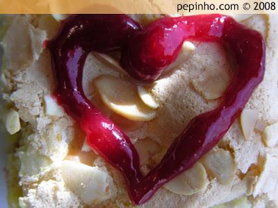 Tarta de chocolate blanco con almendra y frambuesas