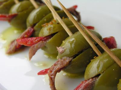 Aceitunas rellenas de pimientos de piquillo y anchoas