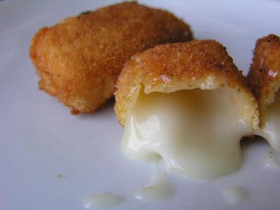 Torta del Casar frita con sirope de fresaTorta del Casar frita con sirope de fresa