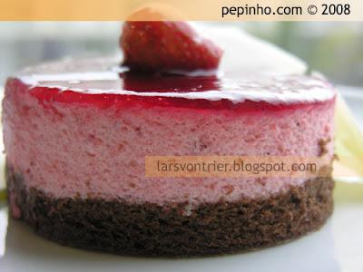 Tarta mousse de fresa (con bizcocho de chocolate sin harina)