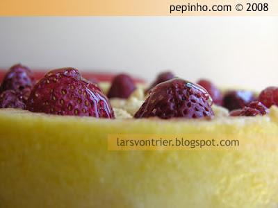 Tarta de mousse de queso con fresas y streusel de almendra